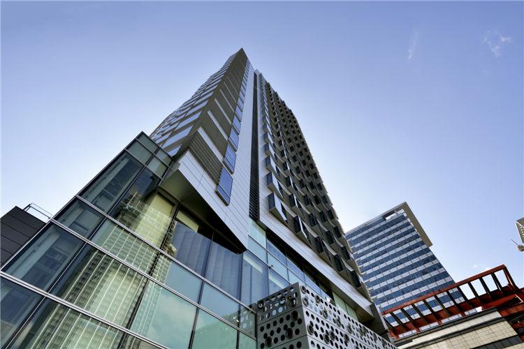 建筑外部采用三角形广角窗,赋予整栋大楼有趣的节奏感,同时能开拓小