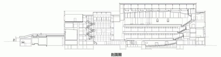"""项目共包括两个音乐厅,建筑体量大同小异,但内部设计却是相反和互补的。两个大厅分别位于两个不同的盒体建筑中,并排放置:声学大厅如同一件易碎的乐器,被保护在混凝土容器内;多功能大厅仿佛玻璃棱镜内的一个坚固的金属盒子。混凝土体量内包含了排练室、衣柜和办公室;玻璃体量是一个巨大的开放房间,拥有公共区域和欣赏周围美景的开口视野。夜间,大面积清晰的玻璃幕墙从视觉上消失在夜色中,呈现出室内的艺术活动和游客。丝印玻璃充当巨大的投影屏幕,用于发布最新公告和演出信息。 Jeffrey Inaba的艺术作品""""2号天"""
